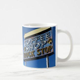 Peggy demanda la taza de café del comensal