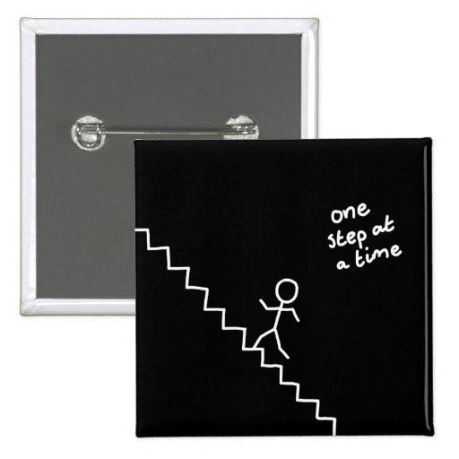 """Pegue al hombre en las escaleras """"un paso…"""" botón pin"""