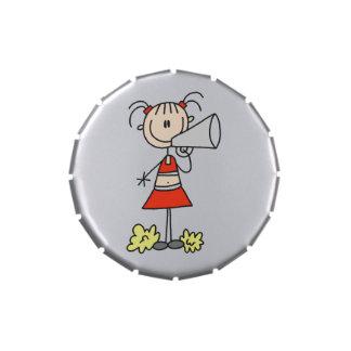Pegue las figuras latas de la animadora y sacude latas de caramelos