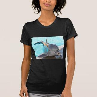 Pegue una actitud (la foto del delfín) camiseta
