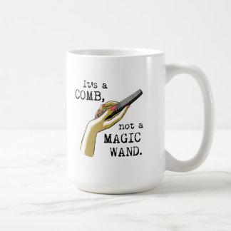 Peine no una taza mágica del estilista de la vara