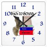 Pekingese de nuevo al reloj de la escuela