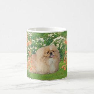 Pekingese en el jardín taza básica blanca