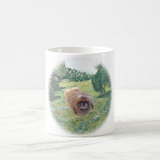 Pekingese en un prado taza básica blanca