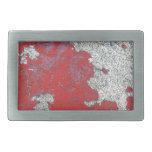 Peladura de la pintura roja contra el cemento hebillas de cinturon