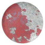 Peladura de la pintura roja contra el cemento plato de comida
