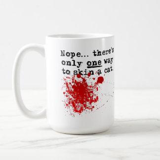 Pele una taza divertida sangrienta del gato