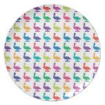 pelicanes coloridos plato de comida