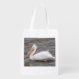 Pelícano blanco americano en la condición de la bolsas reutilizables