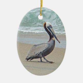 Pelícano de Brown en la playa Ornaments Para Arbol De Navidad