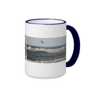 Pelícano de la playa de Horsfall Taza De Dos Colores