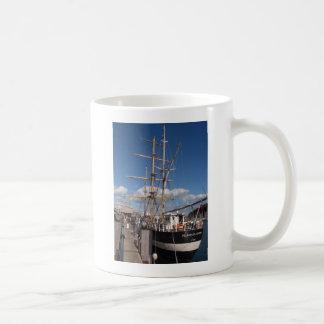 Pelícano de Londres en Weymouth Taza Básica Blanca
