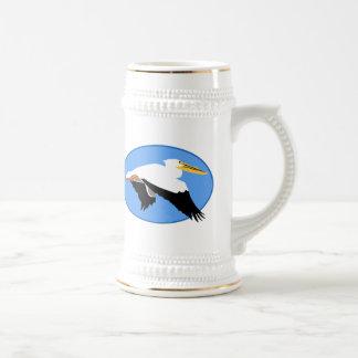 Pelícano del vuelo en óvalo azul jarra de cerveza