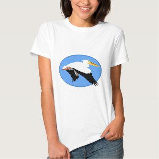 Pelícano del vuelo en óvalo azul playera