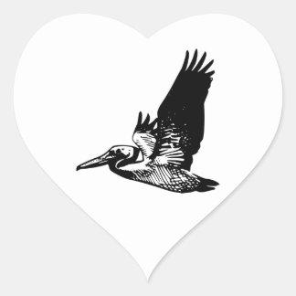 Pelícano del vuelo pegatina en forma de corazón