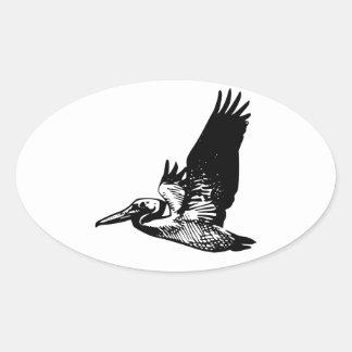 Pelícano del vuelo pegatina ovalada