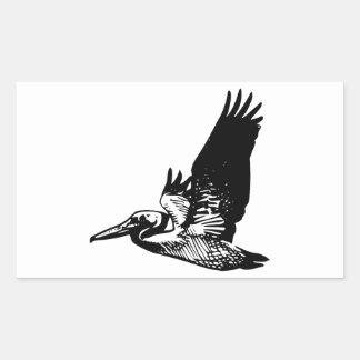 Pelícano del vuelo pegatina rectangular