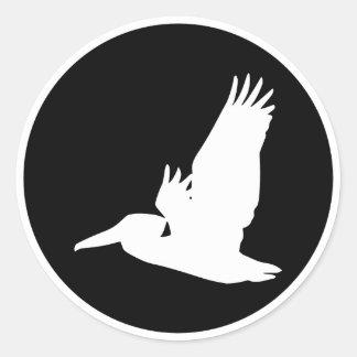 Pelícano del vuelo pegatina redonda