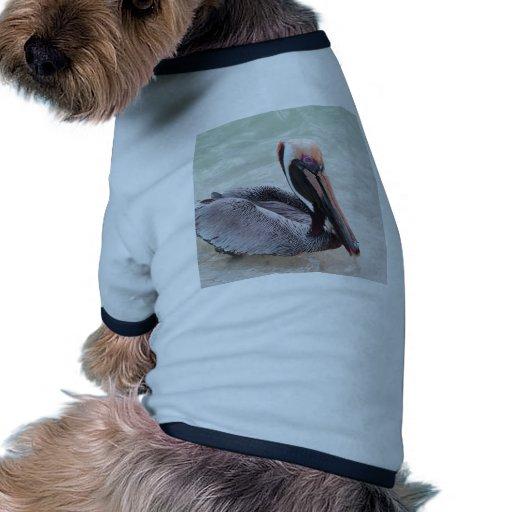 Pelícano en la playa camiseta con mangas para perro