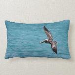 Pelícano en vuelo almohada