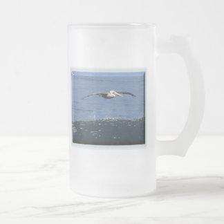 Pelícano en vuelo jarra de cerveza esmerilada