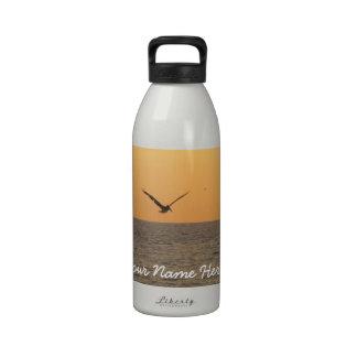 Pelícano en vuelo; Personalizable Botellas De Beber