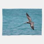 Pelícano en vuelo toalla