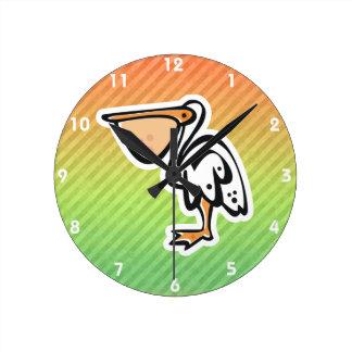 Pelícano lindo; Colorido Reloj Redondo Mediano