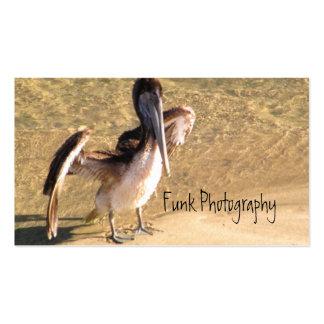 Pelícano que estira las alas plantilla de tarjeta personal