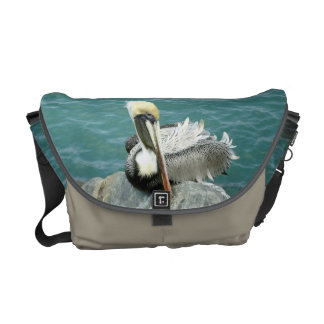 Pelícano que se sienta bolsa messenger