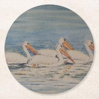 Pelícanos que nadan en las aguas tranquilas posavasos personalizable redondo