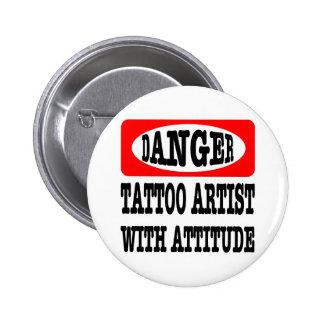 Peligro; Artista del tatuaje con actitud Pin Redondo 5 Cm
