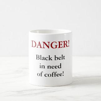 ¡PELIGRO! ¡Correa negra necesitando el café! Taza Básica Blanca