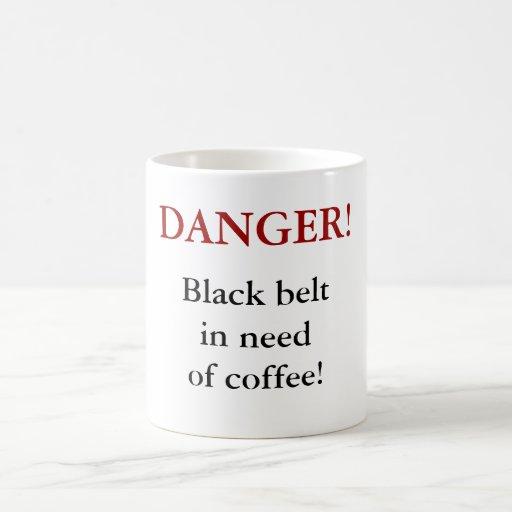 ¡PELIGRO! ¡Correa negra necesitando el café! Taza