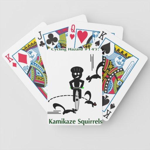 Peligro de ciclo: ardillas del kamikaze barajas de cartas
