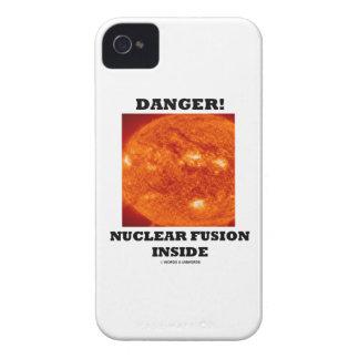 ¡Peligro! Fusión nuclear dentro de la superficie Case-Mate iPhone 4 Fundas