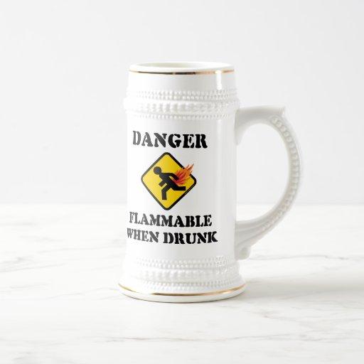 Peligro inflamable cuando es borracho - divertido jarra de cerveza