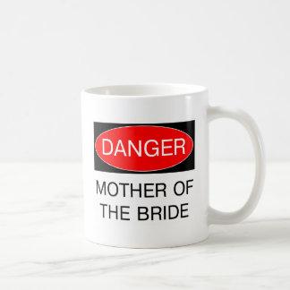 Peligro - madre de la camiseta divertida del boda  taza básica blanca