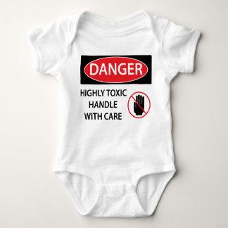 Peligro tóxico mameluco de bebé