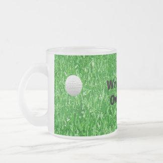Pelota de golf, agujero y bandera taza de café esmerilada