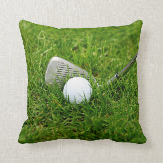 Pelota de golf, club, hierro e hierba verde almohada