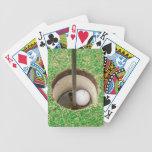 Pelota de golf en agujero barajas de cartas