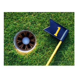 pelota de golf en agujero tarjetas postales