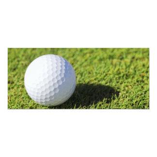 Pelota de golf en el curso de la hierba verde - invitación personalizada