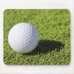 Pelota de golf en el curso de la hierba verde - mo tapetes de ratón