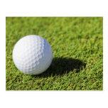 Pelota de golf en el curso de la hierba verde - mo tarjeta postal