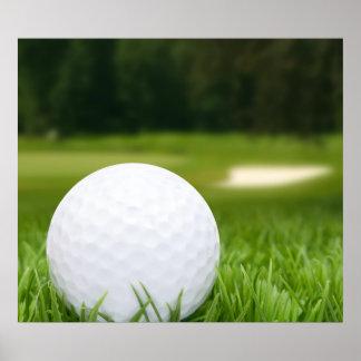 Pelota de golf en hierba póster