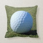 Pelota de golf en la foto verde del primer almohada
