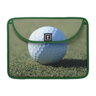 Pelota de golf en la foto verde del primer funda para macbooks
