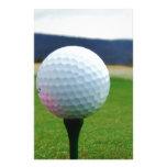 Pelota de golf en un campo de golf de la montaña papelería